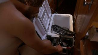 Die Elektrikerfähigkeiten des Smutjes reichen nicht aus, um den Kühlschrank wieder zu reparieren