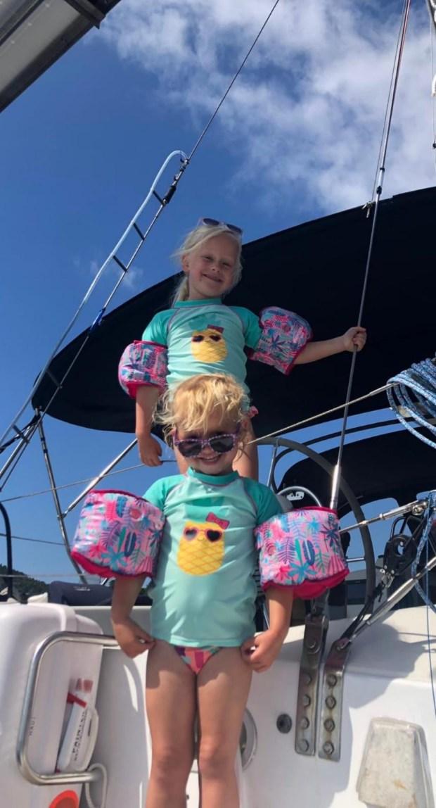 Zeilen varen boot zeilboot spanje coruña ria vertrekken kinderen avontuur spanje Spaanse zee ria ria'swater zout zon