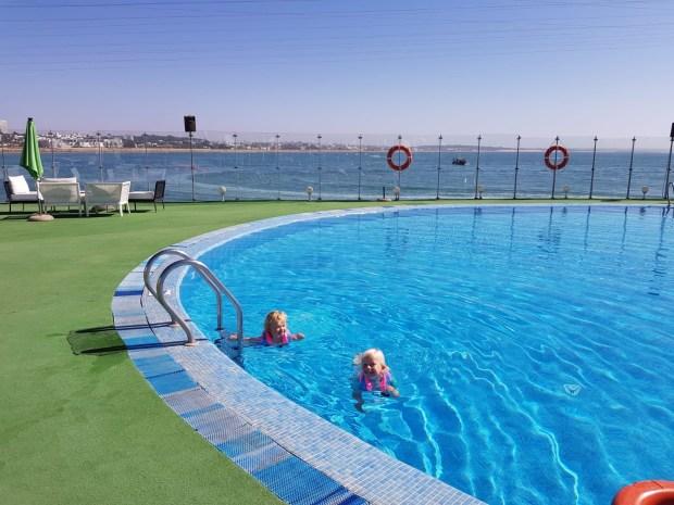 Zeilen varen marokko kinderen vertrekken oversteek zee zon zonsondergang