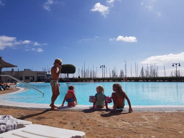 Zeilen varen wereld lanzarote kinderen zwemmen zwembad lampion elf novemver sint maarten reizen boot anker haven marina rubicon