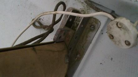 Le câble de l'antenne de la VHF qui avait été posé pour ne jamais être retiré sans doute...