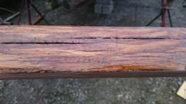 Un vernis appliqué sur une face seulement, et au dessus d'un bois pas trop poncé
