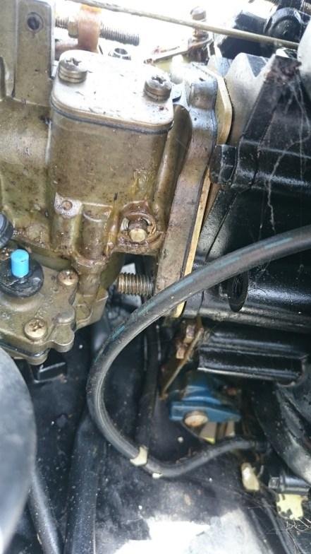 Les boulons qui tiennent le carbu au moteur