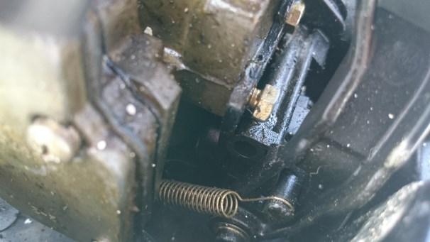 La vis qui tient la tringle de starter au moteur