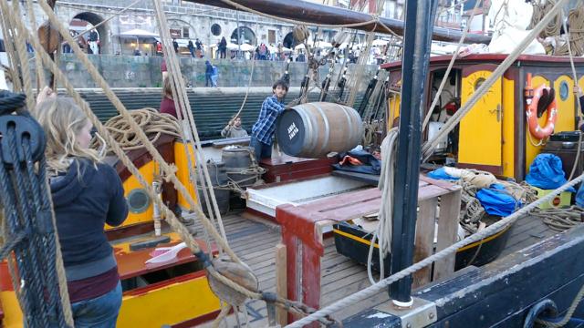 Loading empty port casks