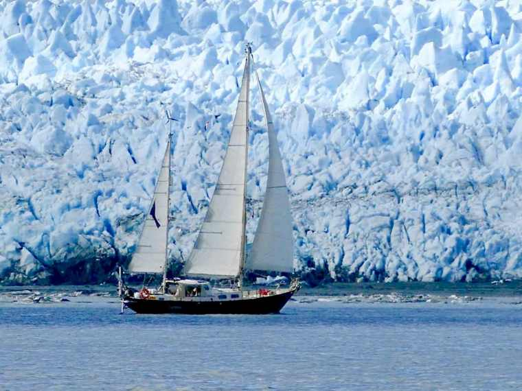 Lucipara 2 sailing in front of Pio XI Glacier