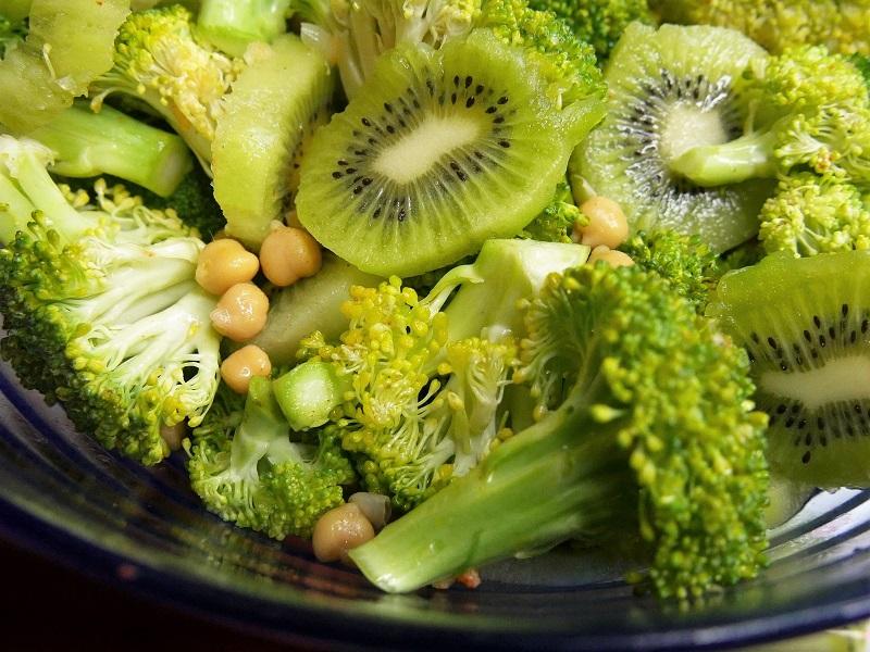 Salade de pois chiches brocolis kiwis - Salade de pois-chiches, brocolis et kiwis