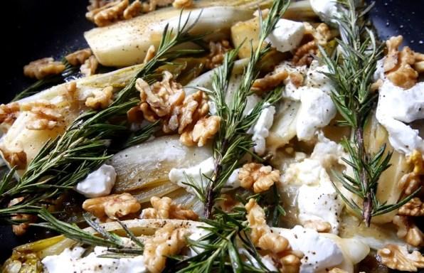 Endives braisées au miel, chèvre et noix