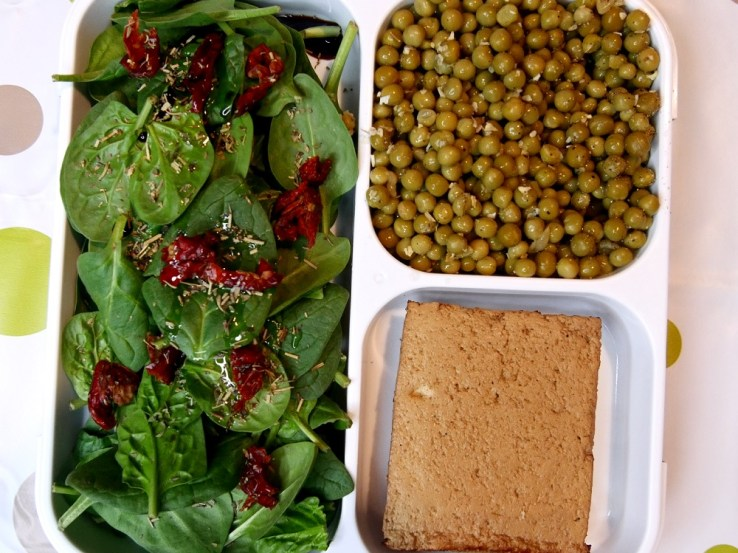 Salade dépinards petits poids et tofu fumé - Une journée dans mon assiette #3 - Vegan Edition