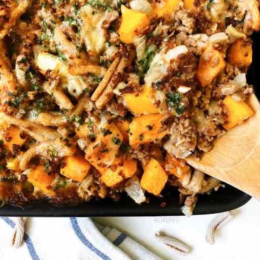 recette healthy et végétarienne de gratin de pâtes à la courge butternut et au haché végétal, sans lactose et sans matière grasse ajouté