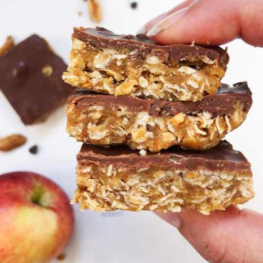 recette healthy et vegan de barre au beurre de cacahuète, aux flocons d'avoine et au chocolat sans cuisson et sans lactose