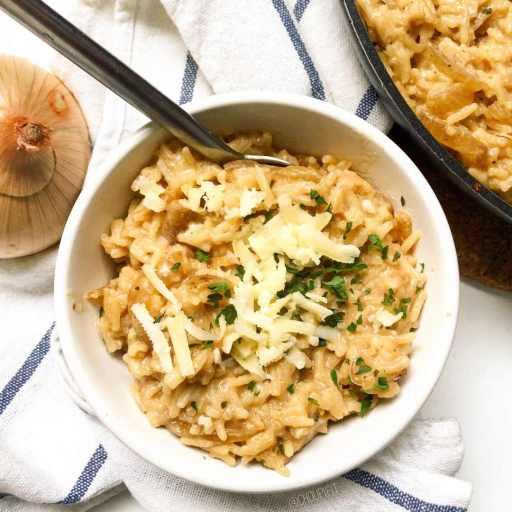 Recette healthy et végétarienne de risotto aux oignons caramélisés sans vin et sans crème