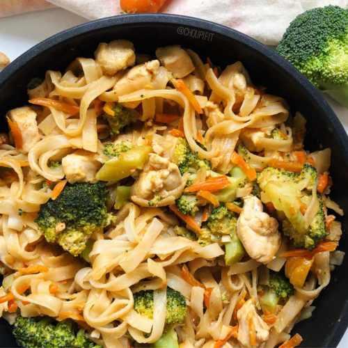 Nouilles sautées au poulet, légumes et cacahuète