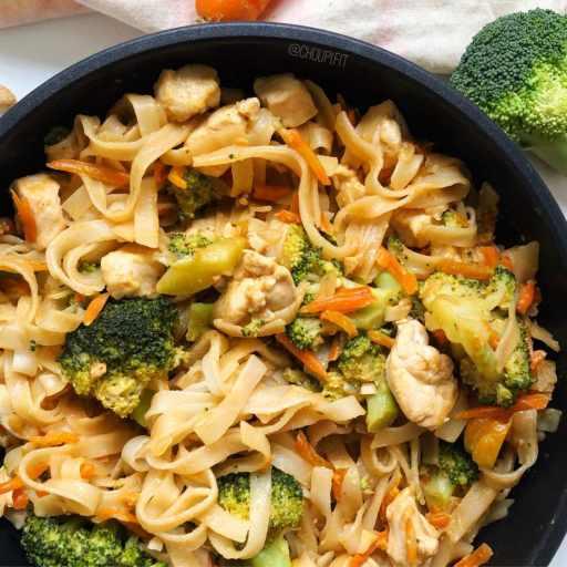 Recette healthy et équilibrée de nouilles de riz sautées au poulet et beurre de cacahuète sans gluten