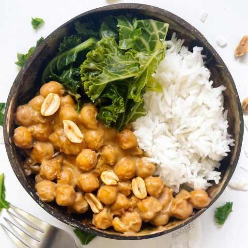 recette healthy et vegan de ragoût de pois chiches au lait de coco et beurre de cacahuète sans gluten et sans lactose