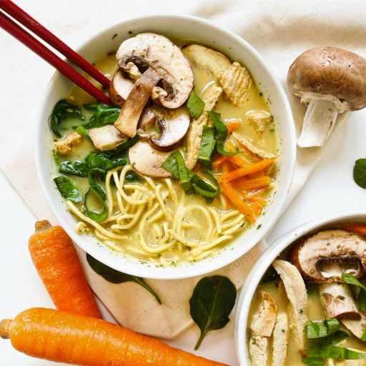 recette healthy et express de ramen au poulet, curry et lait de coco sans lactose
