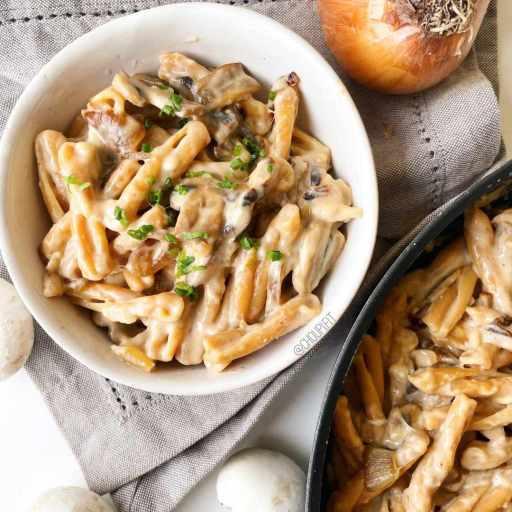 recette healthy et végétarienne de pâtes crémeuses au fromage et aux oignons caramélisés sans crème