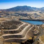 Tambang Langer Heinrich terletak di dasar Pegunungan Langer Heinrich di gurun Namib barat Namibia. Sampai tahun 2013, tambang Rossing Rio Tinto adalah produsen uranium terbesar di negara ini. Namun, sementara produksi uranium di Langer Heinrich stabil sekitar 2.000 ton per tahun sejak 2012, output di Rossing telah menurun dari lebih dari 3.000 ton di tahun 2008 menjadi lebih dari 1.300 ton pada tahun 2014.