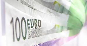 Europium digunakan dalam mata uang euro sebagai tindakan anti-pemalsuan. Cahaya sinar matahari bersinar pada euro menghasilkan fluoresensi merah dari europium Eu3 +, biru dari thulium Tm3 + dan hijau dari terbium Tb3 +.