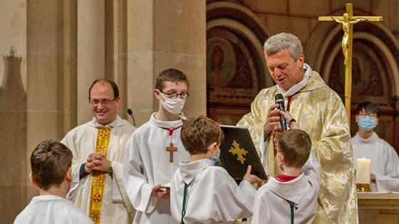Servant de messe lors d'une messe à Saint-Ambroise