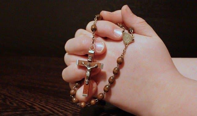 Prière du chapelet main jointe