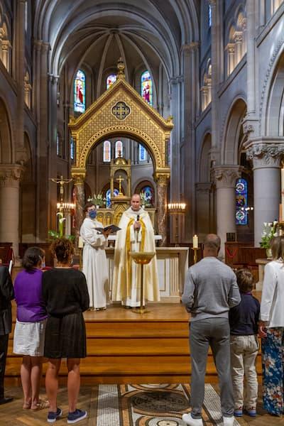 Père Pascal Nègre pendant un baptêmes