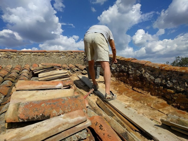 Restauration du toit du pigeonnier en Octobre 2016.