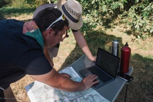 Animateurs scouts sur un ordinateur en plein nature