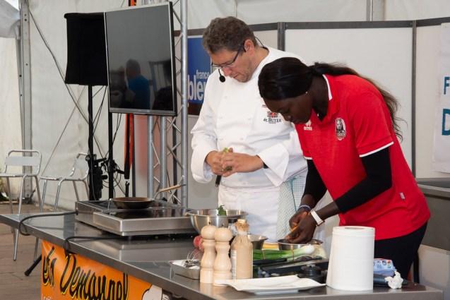 """Démonstration culinaire, """"Tartelette fine de parmesan, petits légumes cuits et crus"""", par Philippe Laruelle, cuisinier et chef démonstrateur chez De Buyer."""