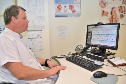 Le Docteur Marc Ulmer en téléconsultation au Centre Hospitalier de Saint-Dié-des-Vosges avec une résidente de l'EHPAD de Raon l'Etape.