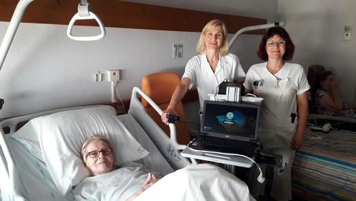 De l'autre côté de l'écran la patiente est accompagnée du médecin coordinateur, le Docteur Emmanuelle Ulmer, et d'une infirmière.