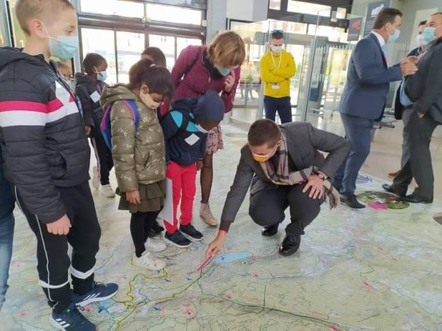 L'inauguration de la carte IGN sur le sol de la gare SNCF