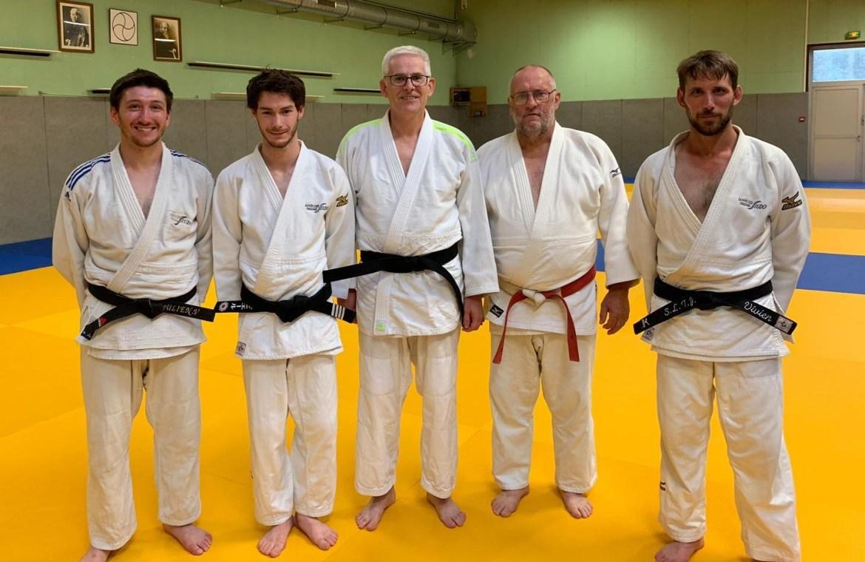 Laurent Glo entouré de ses professeurs et président lors de l'obtention de son premier dan