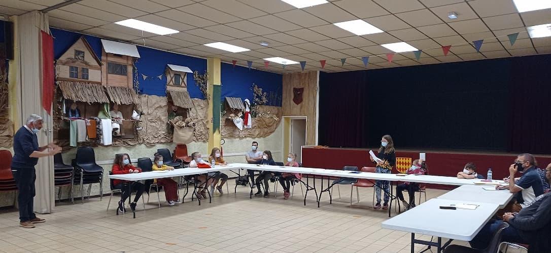 Le conseil municipal junior de Saint Genis des Fontaines dans la salle de la Prade