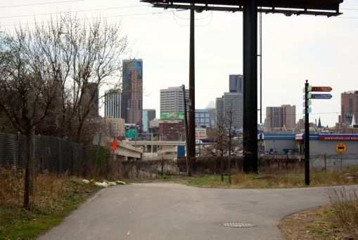 At the south end of Swede Hollow, a fork in the road. Continuing straight ahead leads to the Bruce Vento Nature Center; to the right is the Payne Avenue/7th Street business district.