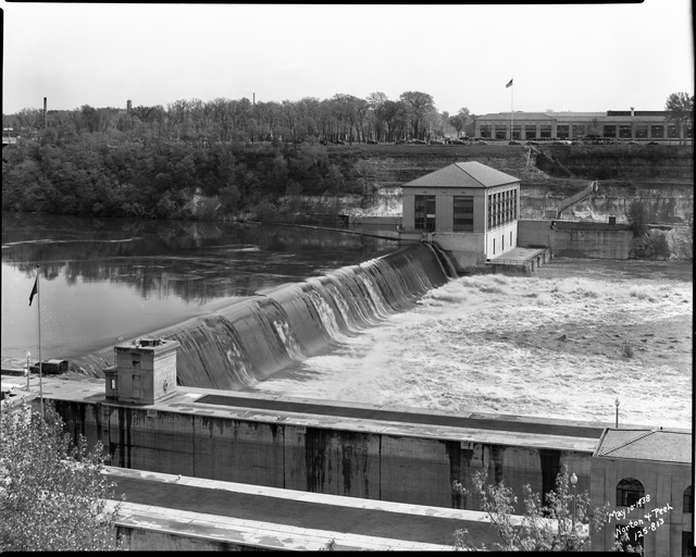 The hydro dam and plant in 1934. The main Ford Assembly Plant is in the background.