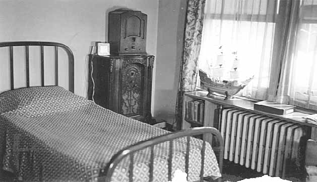 The typical room at Totem Town was well furnished in 1942. Photo courtesy MnHS.