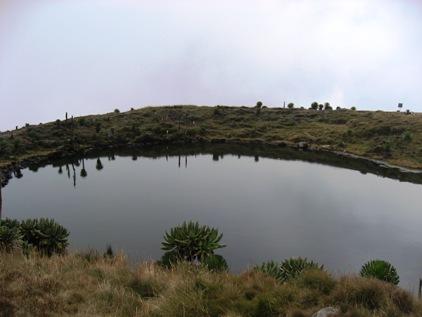 Lago na cratera do vulcao