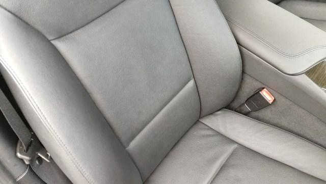BMW Z4 レザーシート擦れシワ補修前