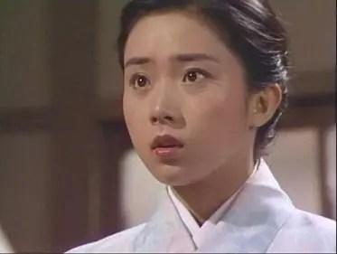 淡い色の着物を着ているまとめ髪スタイルの藤吉久美子の画像