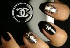 Uña estampada y un detalle de Chanel único.