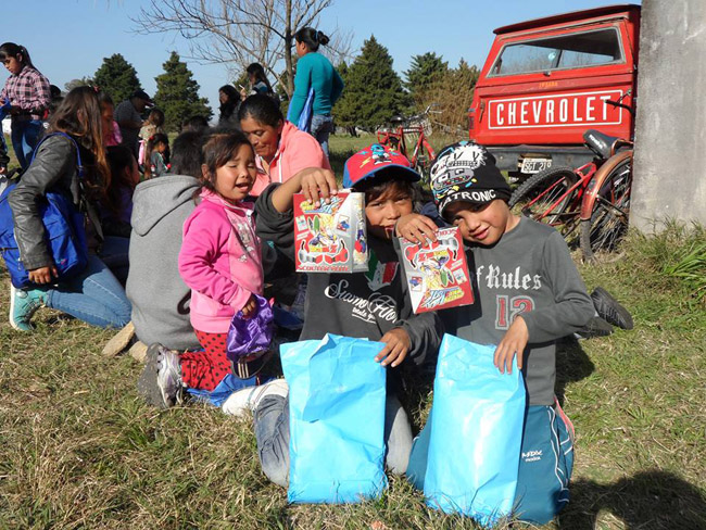 Argentina - Children receiving presents on Childrens Day - Noccan Kani