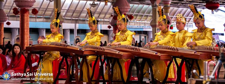 Children performing on Gu Zheng