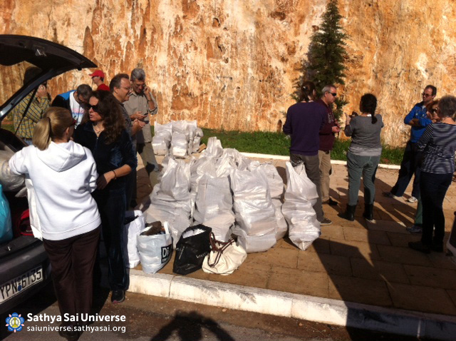 Z6 Greece Dec 2014 Greek SSO volunteers delivering two tons of firewood to the surrogate families of Perama Piraeus area