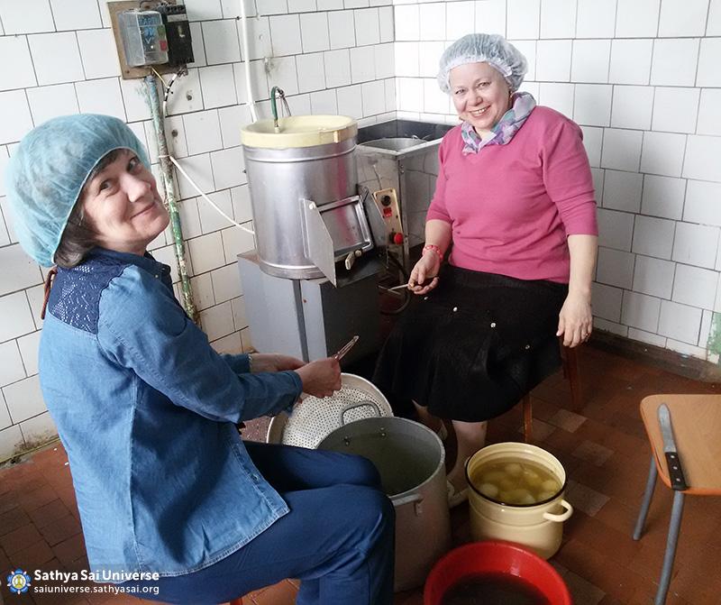 2016-05-26-31-z8-russia-interregional-medical-volunteer-camp-cooking-food