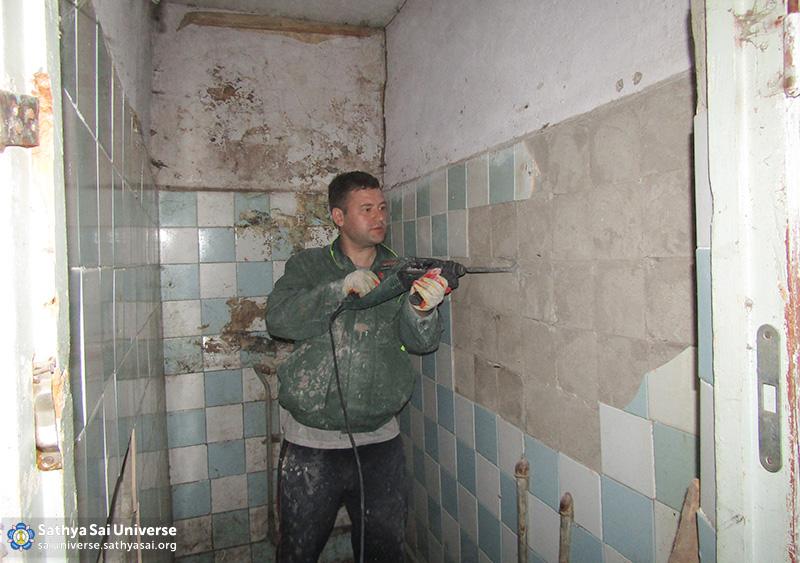 2016-06-04-z8-russia-ural-region-regional-sai-volunteer-camp-repair-bathrooms-in-the-hostel