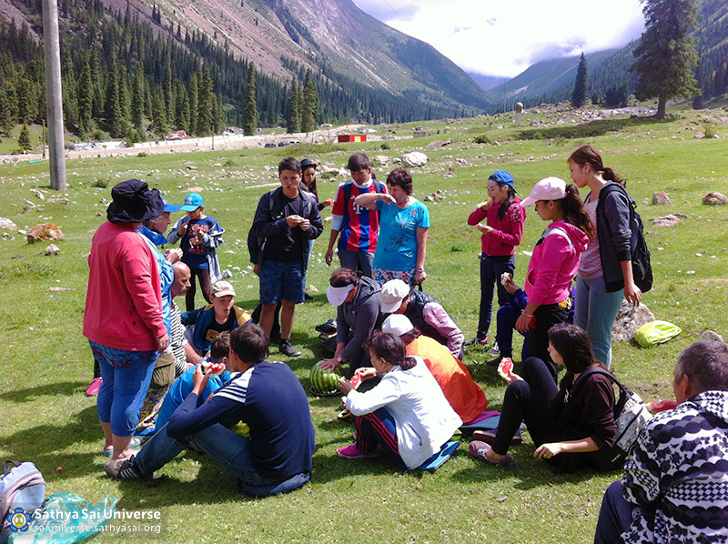 photo-7-2016-07-23-31-z8-kazakhstan-a-family-campgco-a-halt-during-a-hike-in-the-mountains