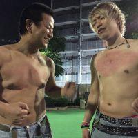 胸ゴングをする男性(左・チャンス大城、右・カリスマジュンヤ)