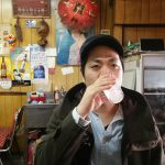 甘い酎ハイで喉の掃除をする男性