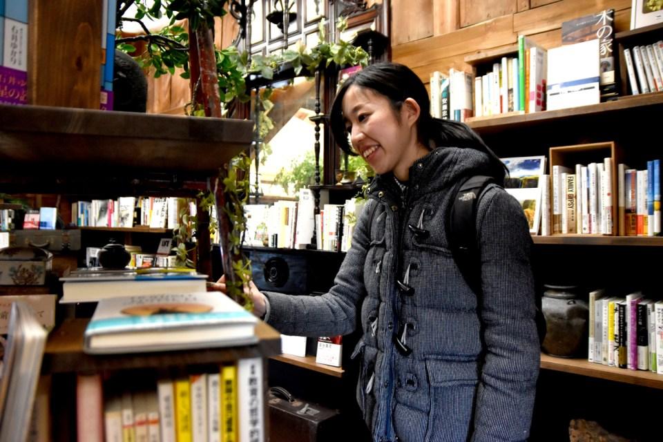 本を選ぶ杉田さん